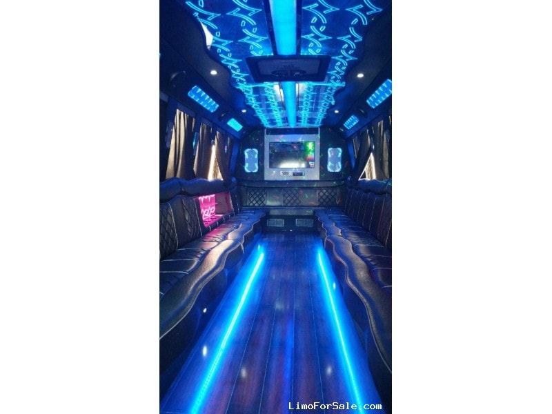 Used 2013 International 3200 Mini Bus Limo Starcraft Bus - Surrey, British Columbia    - $72,500