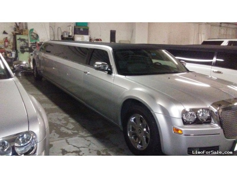 Used 2005 Chrysler 300 Sedan Stretch Limo Royal Coach Builders - Lyndhurst, New Jersey    - $22,995