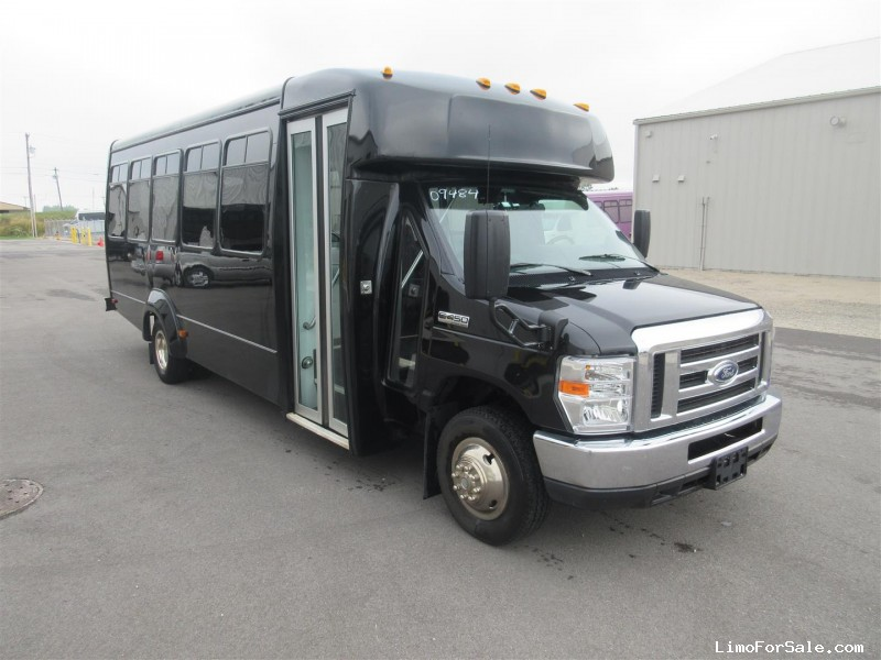 Used 2017 Ford E-450 Mini Bus Shuttle / Tour Elkhart Coach - Oregon, Ohio - $45,000