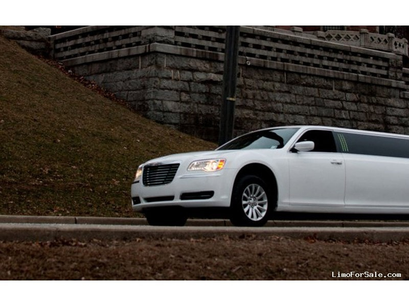 Used 2012 Chrysler 300 Sedan Stretch Limo Pinnacle Limousine Manufacturing - TOTOWA, New Jersey    - $33,900
